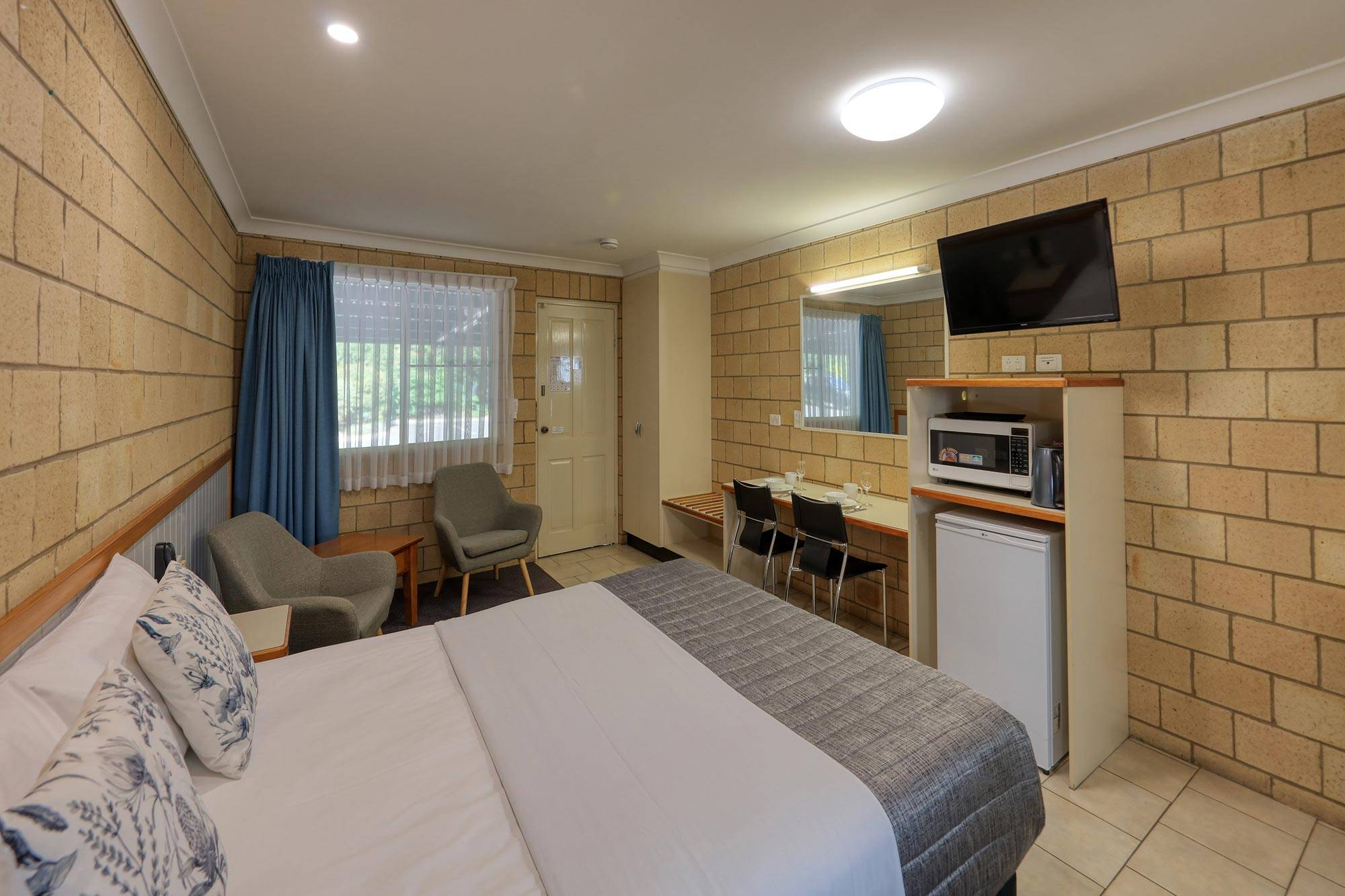 st-george-motel-executive-queen-room-(1)
