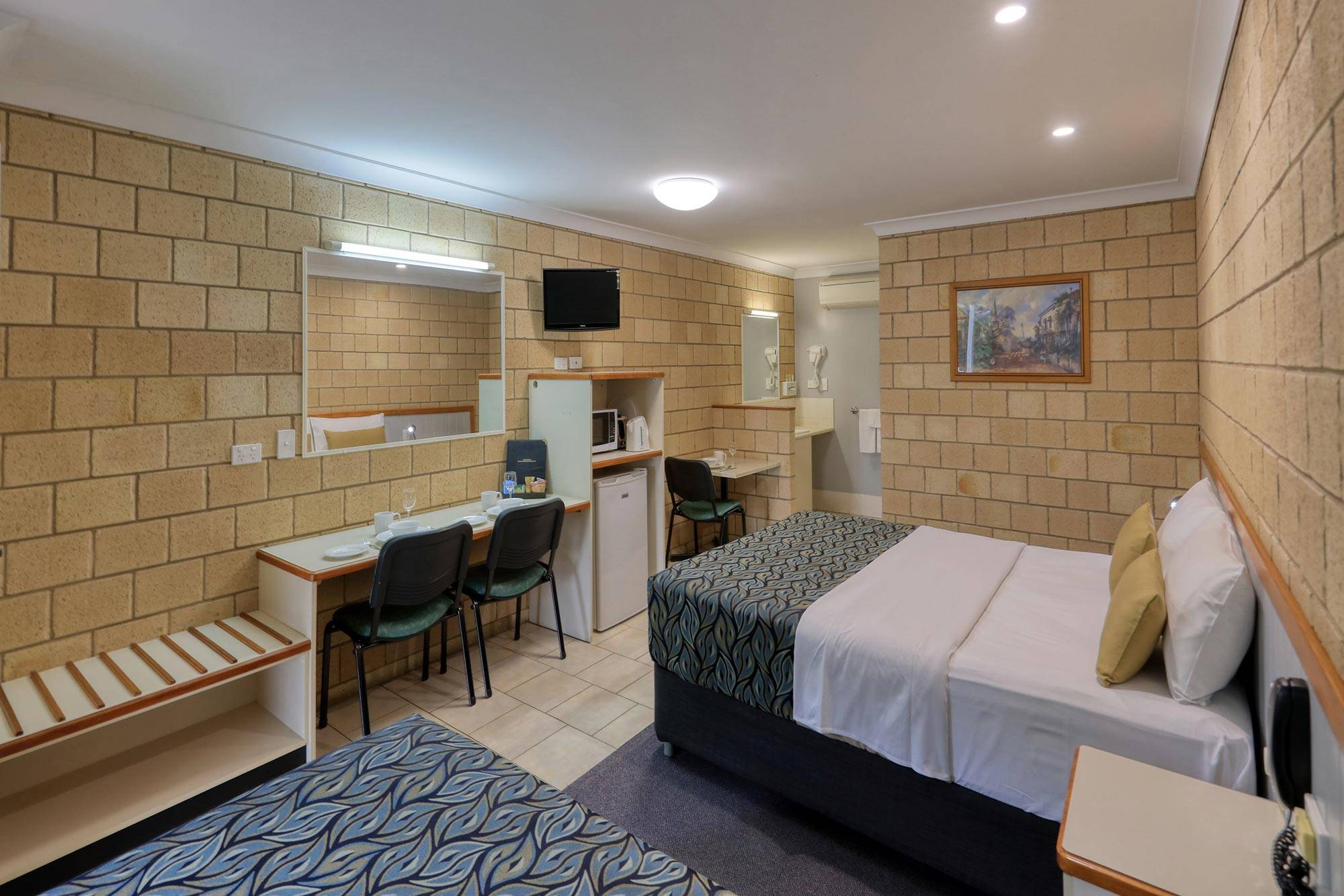 st-george-motel-executive-twin-share-room-queen-and-king-single (1)