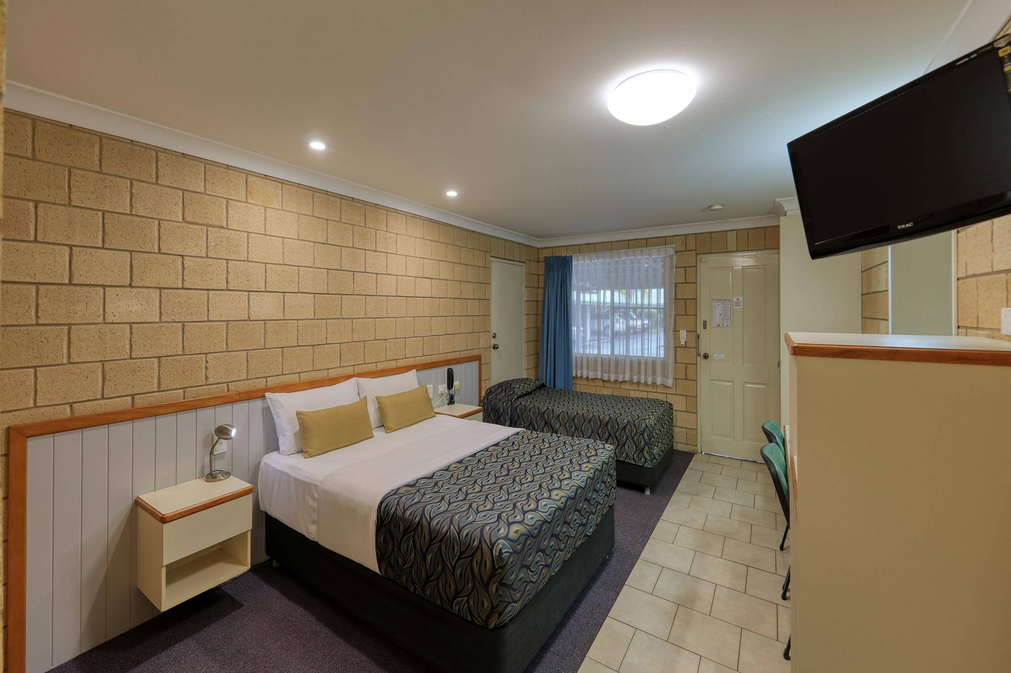 st-george-motel-executive-twin-share-room-queen-and-king-single (3)